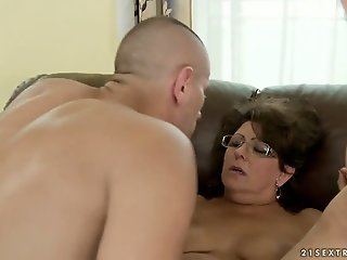 Mature Gigi M gets her hairy..