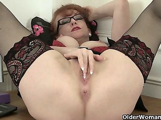 British milf Red works her..